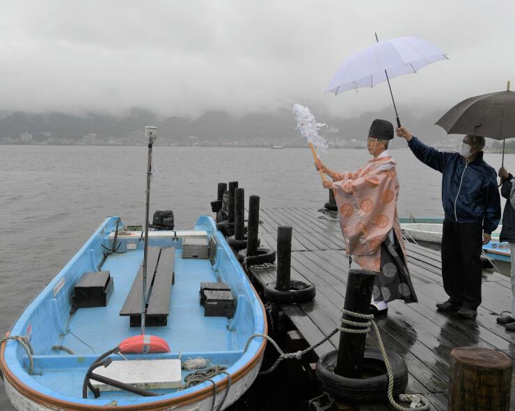ワカサギ釣りの安全を祈願する関係者