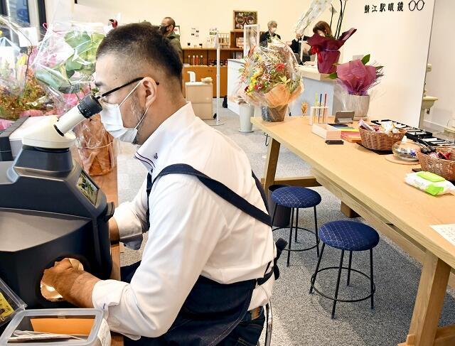 眼鏡職人の作業風景を間近に見ることができる「鯖江駅眼鏡」=10月8日、福井県鯖江市のJR鯖江駅