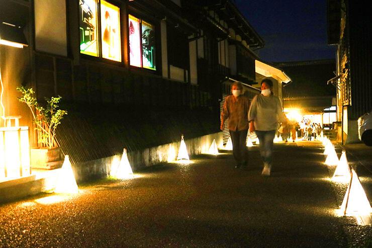 手作りあんどんに照らされる禅寺坂