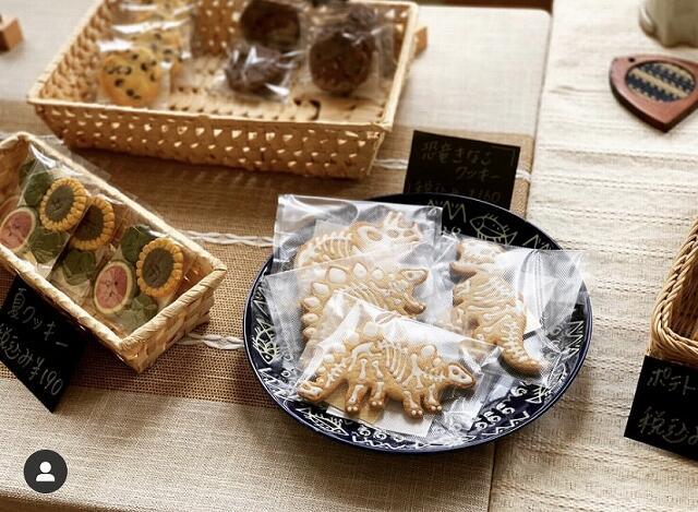「菓子工房茶菓菜(さかな)」のクッキー。恐竜の形をしたものもある=福井県あわら市
