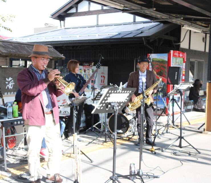 田中駅のホームで演奏するサンテラスバンドのメンバー