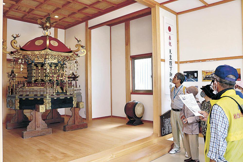 ガイドの案内で大神輿を見学する参加者=白山市美川浜町