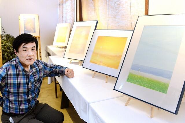 メルヘンチックな雰囲気のパステル画を前に「子どもの頃に見た懐かしい空を思い出して」と話すかわはたさん=福井県高浜町宮崎の高浜まちづくりネットワーク