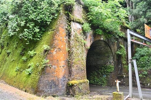 バスツアーで巡る山中トンネル=福井県南越前町山中