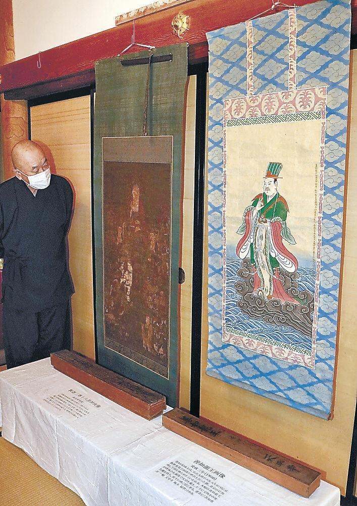 ツアーで初公開される善如龍王画像(右)と釈迦三尊十六善神画像=羽咋市寺家町の真言宗正覚院