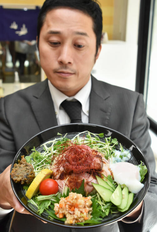 新たな名物にしようと売り出した「さわん丼」。信州と飛騨の食材を使い、見た目も華やかに盛り付けた