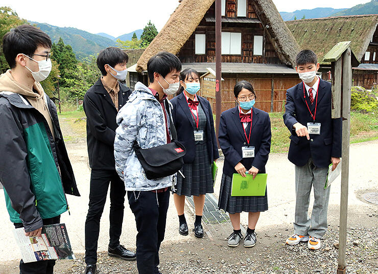 観光客を案内する生徒
