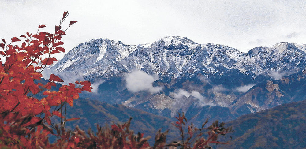 初冠雪が観測された白山(ふくべ谷上園地展望台から撮影)