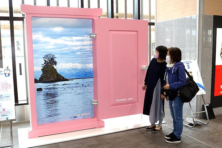 観光客らの記念撮影用に置かれた「どこでもドア」=JR新高岡駅