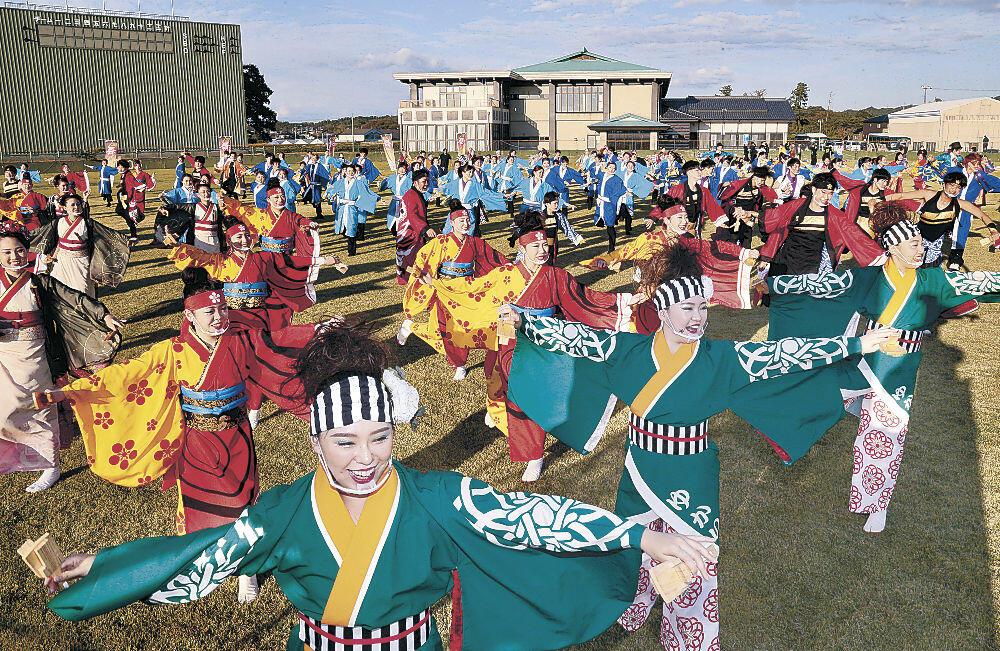 総踊りを繰り広げる出演者=宝達志水町の宝達志水多目的グラウンド