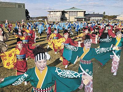 YOSAKOIソーラン、11チーム躍動 宝達志水で演舞会