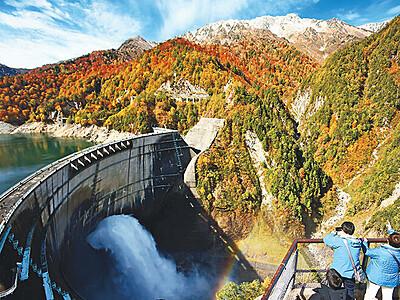 紅葉と放水と虹と 黒部ダム