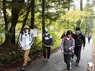 秋の軽井沢、自然満喫 「ホリデーウオーク」300人参加