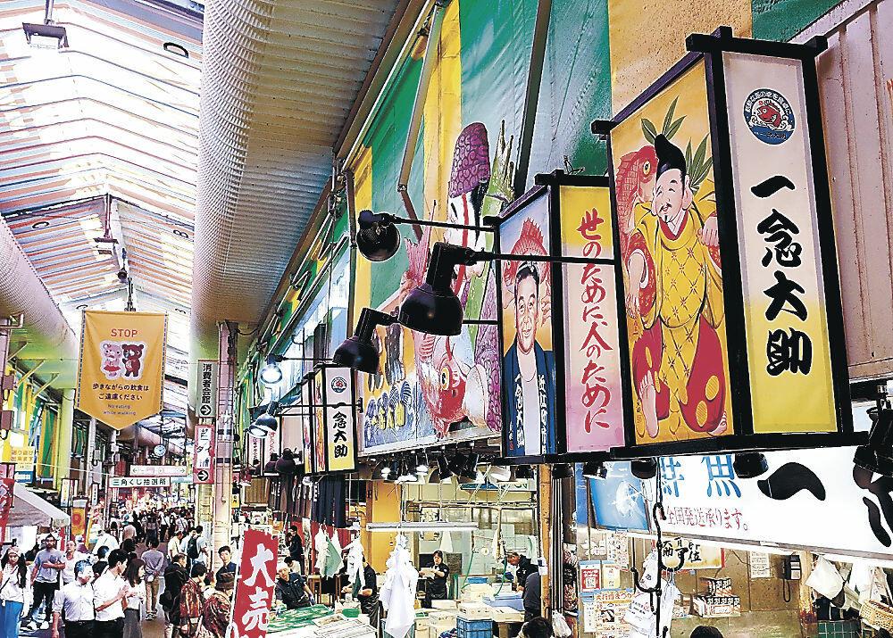店先に掲げられた小行燈とにぎわう商店街=2019年10月、近江町市場