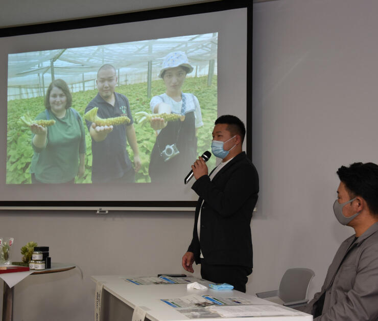 ワサビ生産の現状や動画に込めた思いを語る望月さん(右から2人目)ら