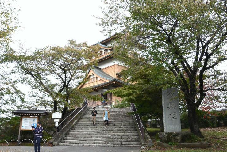 再建から50周年の節目を迎えた高島公園内の高島城天守閣