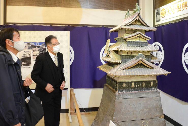 天守閣の木造模型などが並ぶ企画展。諏訪家15代当主の諏訪忠則さん(左)も見学した