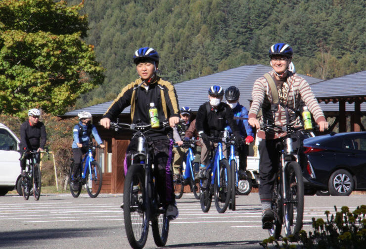 自転車コースの試走に出発する木曽路サイクリングルート現地検討会の参加者