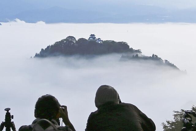 雲海に包まれ、幻想的な光景を生み出す「天空の城」越前大野城=10月20日午前6時半ごろ(福井県大野市犬山から撮影、提供写真)