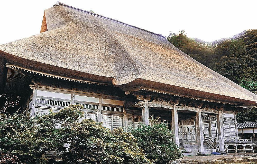 茅葺き屋根の修復工事が完了した阿岸本誓寺本堂=輪島市門前町南