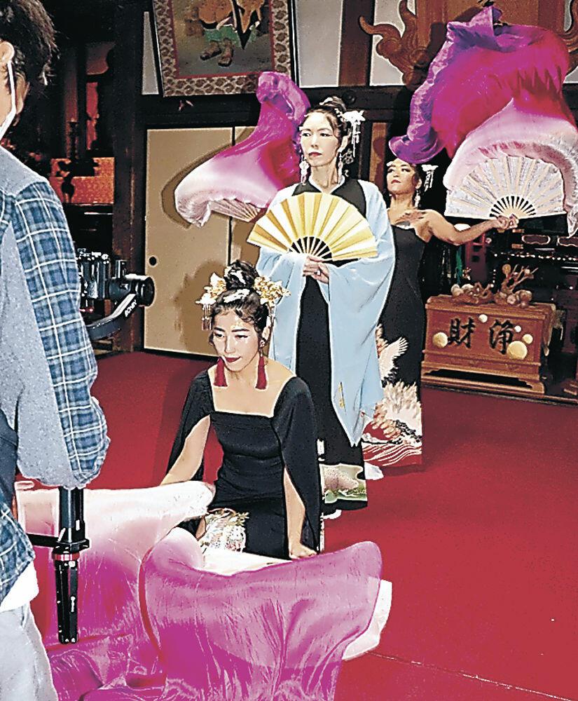 本堂で舞を撮影するメンバー=小立野4丁目の曹洞宗天徳院
