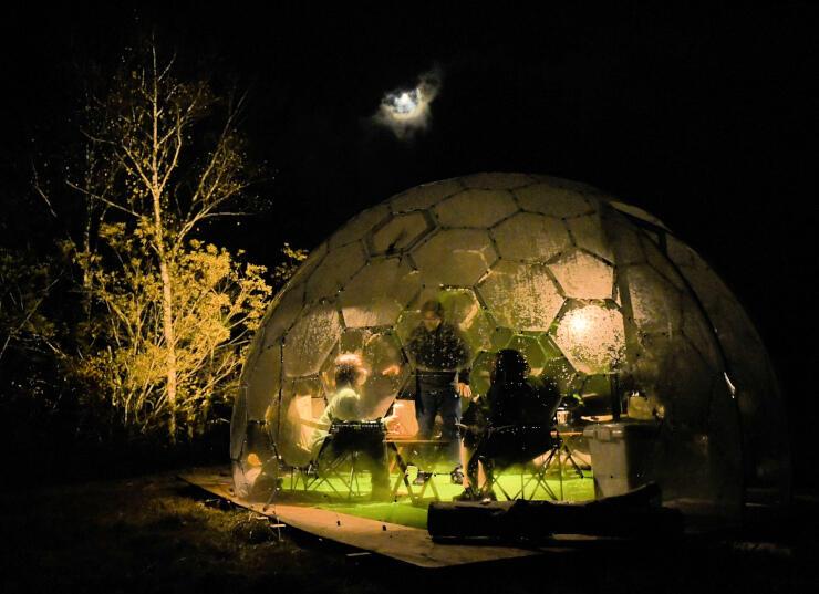 不思議な空間を楽しめるドーム=23日夜