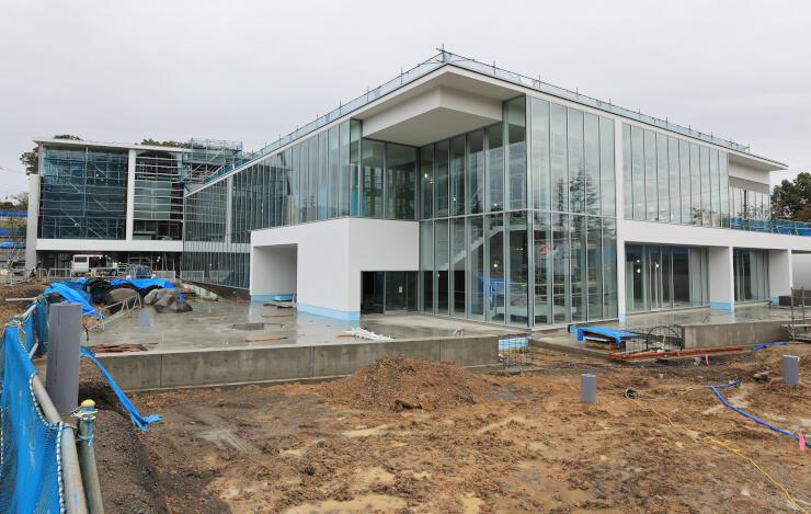 改称して来年4月10日に開館する「長野県立美術館」=23日、長野市