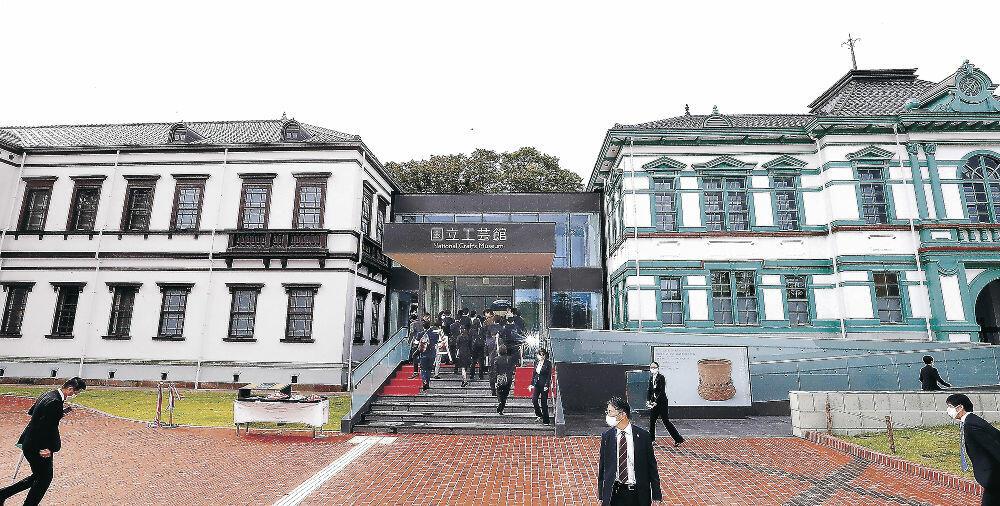 記念式典とテープカットを終え、関係者向けの内見会が開かれた国立工芸館=金沢市出羽町