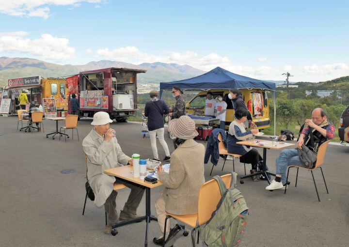 ワインとともに地域の食や眺望を楽しむ「椀子マルシェ」の来場者
