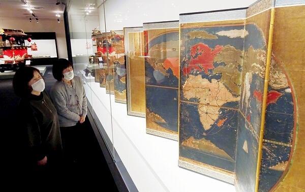 金地に描かれた地図屛風など金で装飾、加工された43点が並ぶ展示会場=10月24日、福井県小浜市の県立若狭歴史博物館