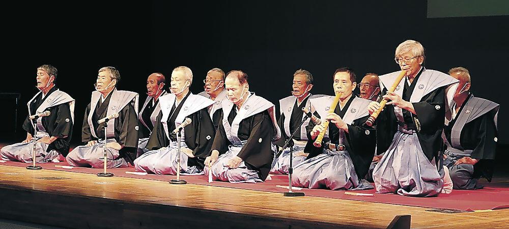 祝い歌「御酒」を披露する保存会メンバー=白山市美川文化会館アクア