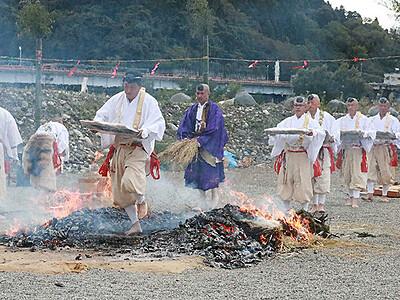 火渡り荒行で心身清める 立山火祭り