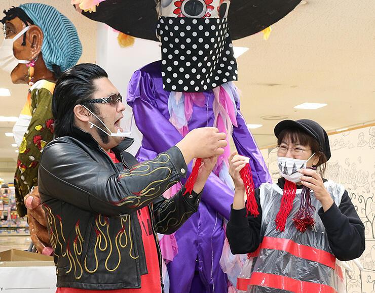 イベントに向け衣装を試作する森さん(右)と寅さん=ショッピングセンターアスモ