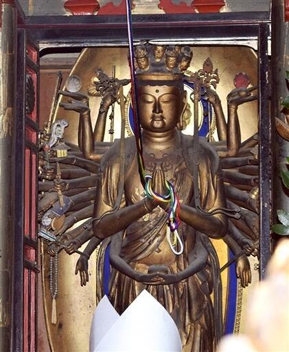 開扉された十一面千手観音菩薩。奈良・長谷寺の本尊と同じ木で同じ人の作と伝えられる
