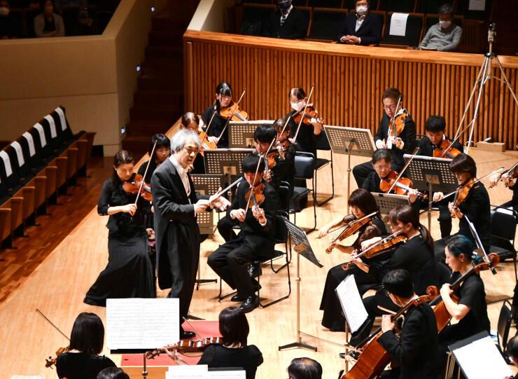 ベートーベンの「運命」を演奏する佐久室内オーケストラの団員ら