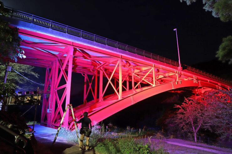ライトアップされた樽ケ橋=胎内市下赤谷