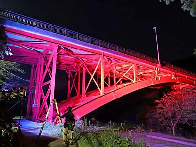 真っ赤なアーチ 暗闇に浮かぶ 胎内・樽ケ橋ライトアップ