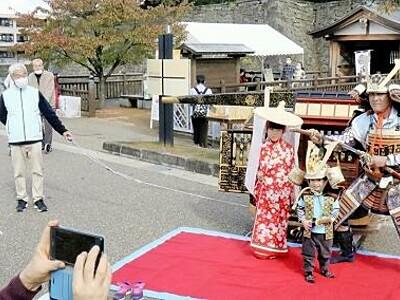 武将一家なりきり 福井中央公園で時代衣装催し