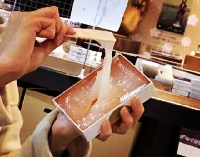 「とても食べにくい特別な商品です」と紹介されている生羽二重餅=福井県永平寺町の「羽二重餅の古里」