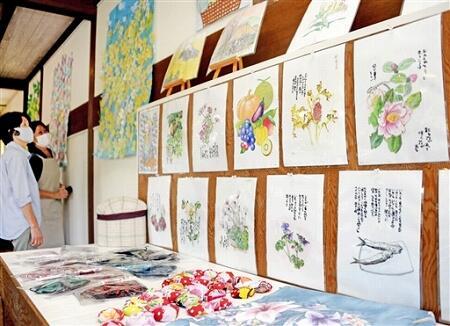 絵手紙風な作品や塗り絵などが並ぶ展示会=福井県おおい町石山のフロッカス