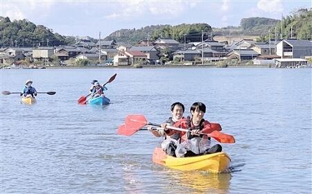 エコ・グリーンツーリズムのモデルプログラムとしてカヤックを体験する参加者=福井県あわら市の北潟湖
