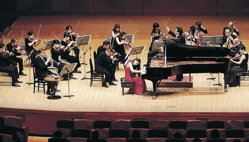 情熱的な旋律を奏でる出演者=金沢市の石川県立音楽堂コンサートホール