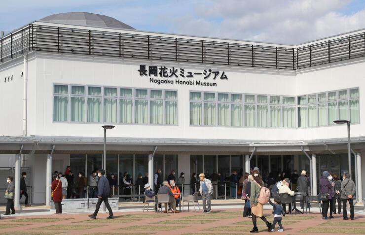 オープンから1カ月。連日多くの人でにぎわう道の駅「ながおか花火館」=長岡市喜多町
