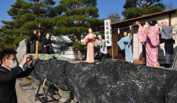 流行病を退散させようとする江戸時代の人々を再現した「人形飾り物展」=松本城本丸庭園