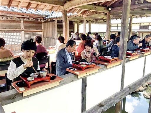 懐石膳が提供された回廊カフェ=10月24日、福井県敦賀市原の西福寺(同寺提供)
