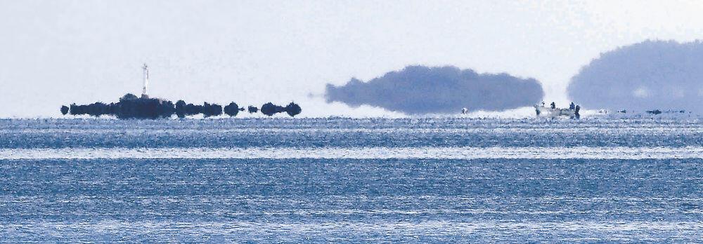 七尾湾で発生した浮島現象=30日午前9時半、七尾市中島町外から撮影