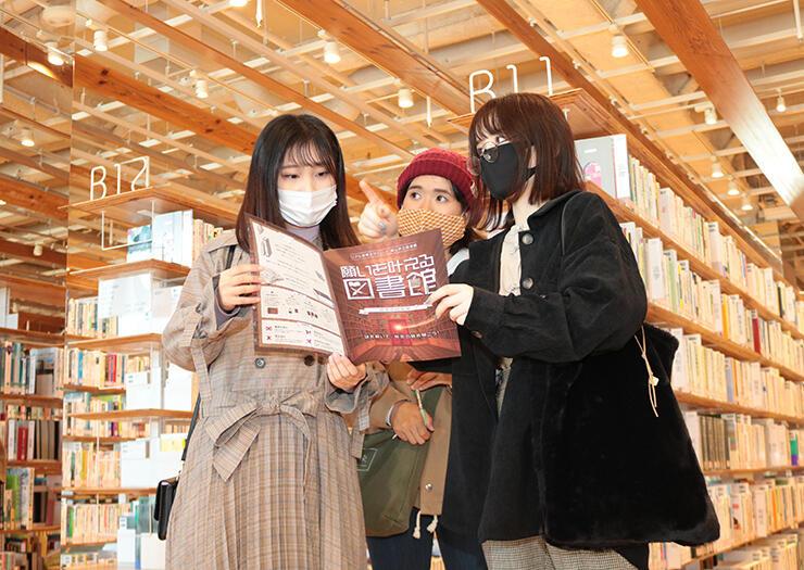 富山市立図書館内に隠された謎を解いてゴールを目指す参加者