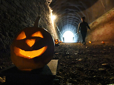 篠ノ井線跡、ハロウィーンの風情 安曇野・明科のトンネル内