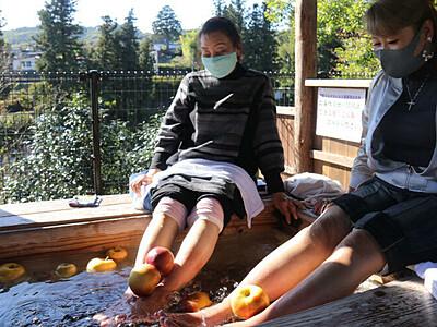 「りんご足湯」人気スポットに 飯田・天竜川の姑射橋近く