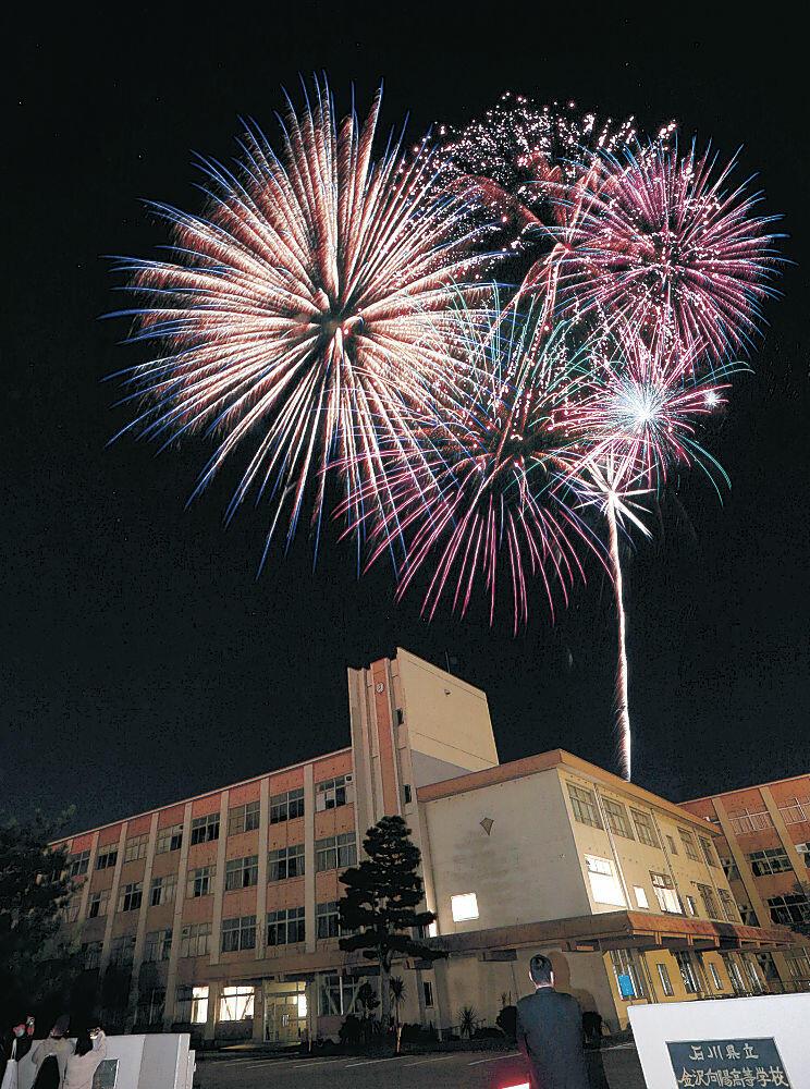 4市町の夜空をリレー形式で彩った花火=31日午後8時、金沢市大場町(多重露光)